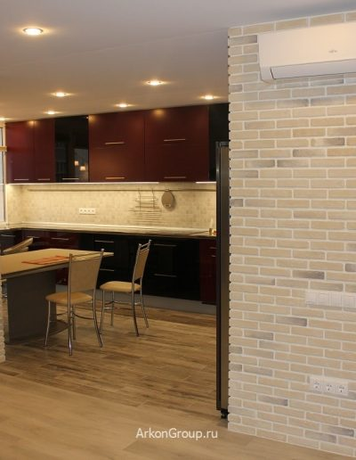 Совмещенная гостиная и кухня. Стены облицованы декоративным кирпичом.