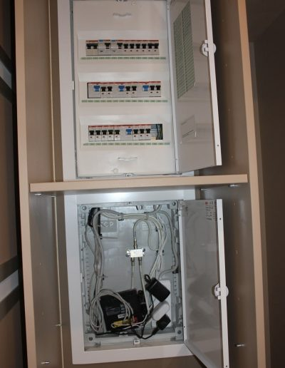 Монтаж электрического щитка. Установка отдельного щитка для малоточных систем (интернет, тв). Все автоматы с цифровым обозначением, расшифровка на дверце.